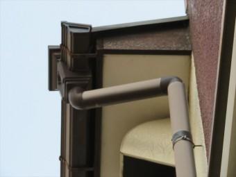 破風板がパラペットと寄棟の軒先の合端口(接合部分、取り合い部分)に存在する