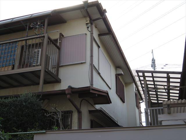 大屋根に対して中間階にある屋根を下屋と称することが多い下屋根