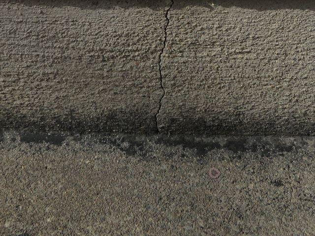 コンクリート基礎のクラックは乾燥収縮で生じた健全な範囲のもので強度低下の心配はなく樹脂注入で防水対策を施したい