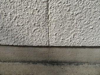 モルタル外壁にごく細いひび割れが生じている