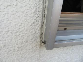 サッシ窓の周囲には亀裂が生じていて、雨水はこのごく細い隙間から浸水し、家屋の躯体を弱らせます