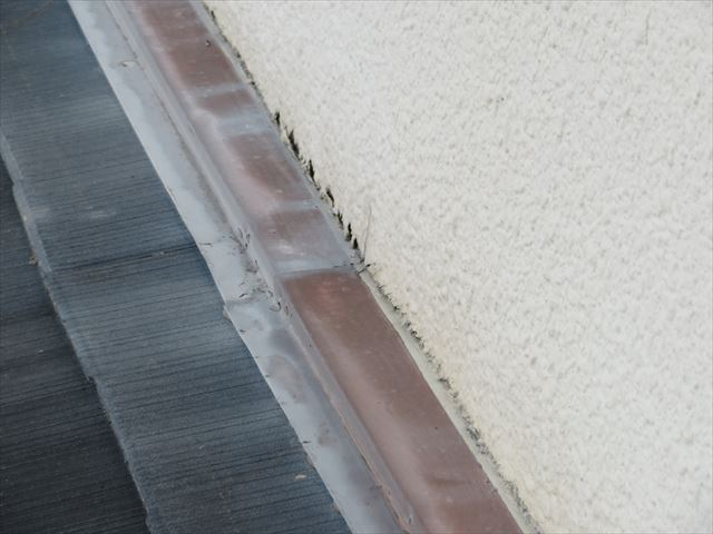 下屋の雨押えと外壁の合端口(接合部分、取り合い部分)には雨が侵入する隙間ができている
