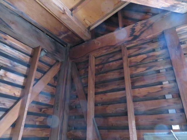 雨漏り跡(雨シミ)が見える壁裏