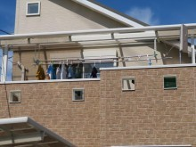 猪名川町でベランダのポリカーボネート平板屋根の修理をご検討の方は街の屋根やさん宝塚店にお問合せ下さい。即日調査に伺います。
