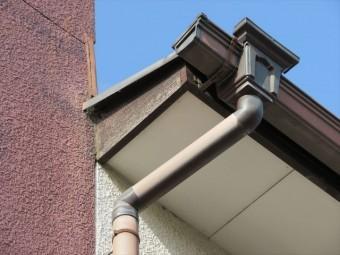 寄棟屋根とパラペットの合端口(接合部分、取り合い部分)の左右には破風板がある