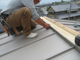 立平の棟内部へは貫板に装着したエプロンが遮水する