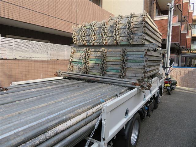 屋根工事のための足場資材の現場搬入