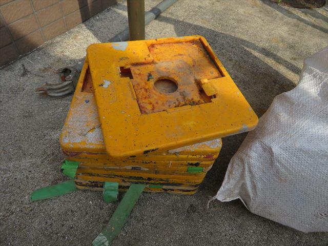 土間の傷つけ防止に単管足場のベースへ装着させる養生