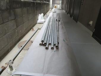 屋根工事は段取りが重要。足場材料を分散配置する