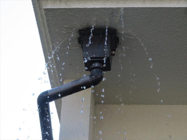 雨どいの詰まりは雨水の逆流を誘い、家の中まで入って雨漏りになる