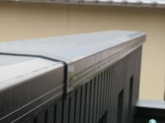 バルコニー手摺は建物外壁との接点にコーキングが打たれている
