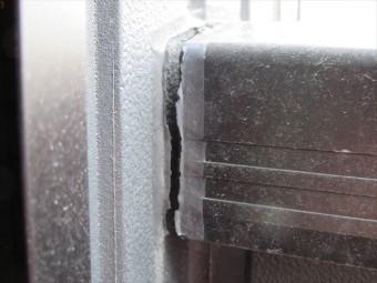 建物外壁とバルコニー手摺との接合部分のコーキングが切れている