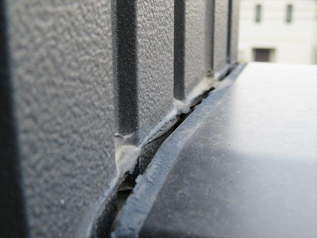 ささいなコーキング切れですが、雨水が侵入して内部漏水は進行しているはずです