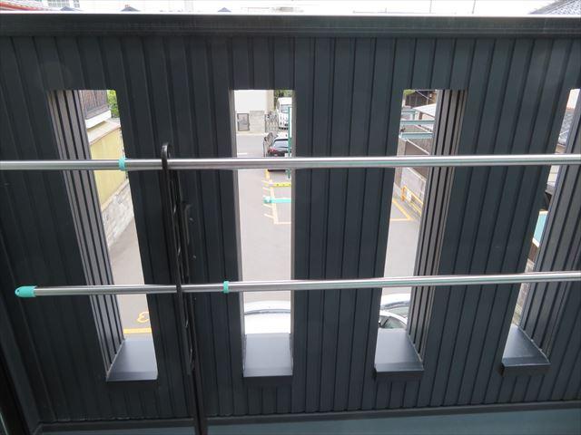 バルコニー外壁にはデザイン性と通気性を求めて開口部が設けられている