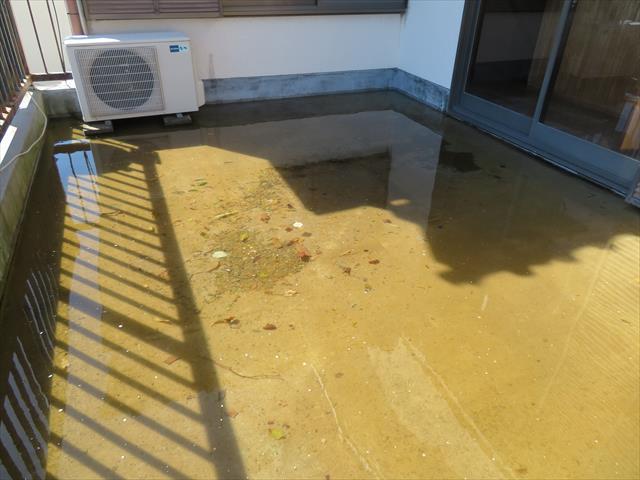 西宮市でベランダやバルコニーの清掃を怠った結果、雨水を満々に湛えてしまい、階下の部屋が雨漏りしてしまいました。水を溜めないことが先決ですが、防水能力が無くなっている状態を解決しなければなりません。