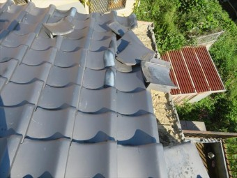 西宮市で瓦屋根被害の修理が終わっていないお宅様は街の屋根やさん宝塚店へお問合せ下さい。大工歴50年の職歴を持つ職人が安心できる完璧な工事でお悩みを解決します。