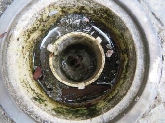 バルコニーの排水口がセメント成分で完全に詰まっていた症例。雨水が溢れ、下の和室がずぶぬれになった。