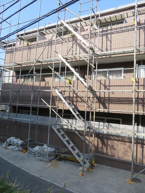 マンションの3階まで到達した足場と昇降階段