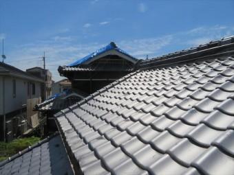 高槻市の屋根葺き替え工事で検討したいぶし瓦は、無釉でも炭素成分が表面を守る純和風建築家屋によく似合い、50年以上も使える先人たちの知恵が詰まった屋根材です。