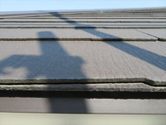 軒先から水上に向かって屋根材を臨むと風を受ける構造が解る
