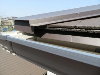 屋根の先端である軒先から滴り落ちる雨水は、水切り板金が無ければ伝い漏れして野地板や垂木、外壁にも浸水する