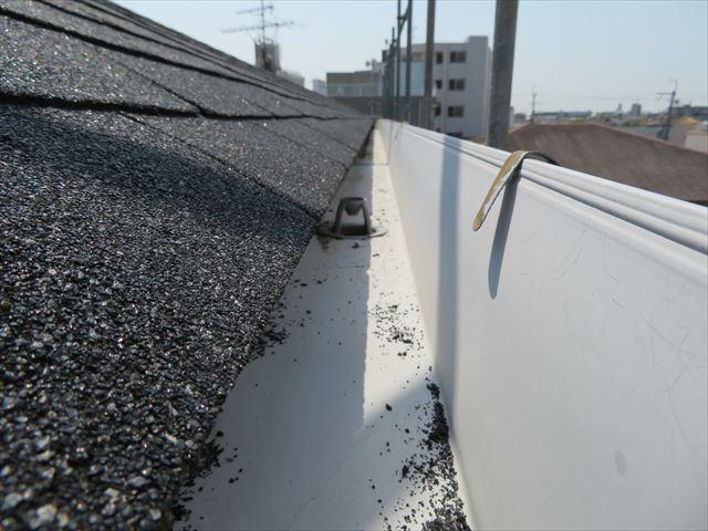 軒樋は水勾配が付けられて雨水を竪樋に排水するよう設置されている