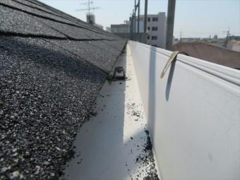 アスファルトシングル屋根軒先の屋根材と雨どい
