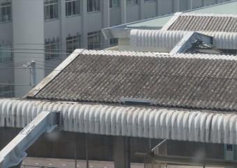 スレート屋根は工場や倉庫、駅のホームの屋根でおなじみ