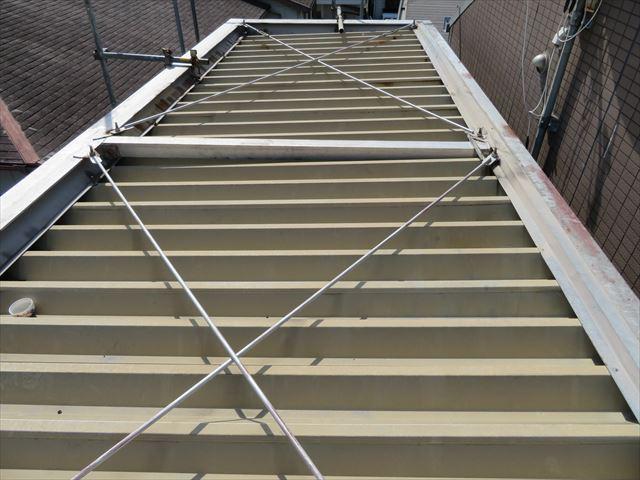 折板屋根材はH型鋼に差し込んで架設されている合理的で堅牢な構造をしている重量鉄骨造マンションの共用階段の屋根