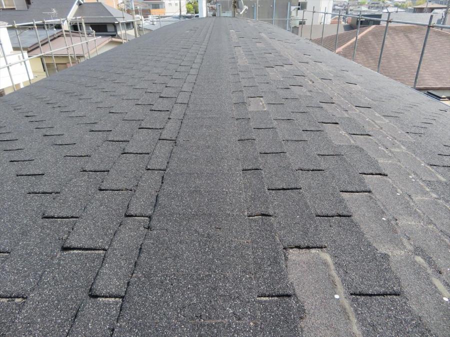 重量鉄骨造3階建てのマンション屋根はアスファルトシングルで台風被害を受けて屋根材が剥離した
