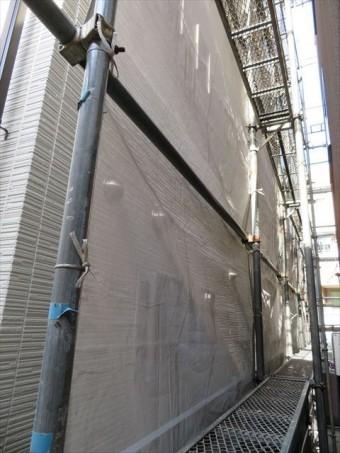 メッシュシートは高圧洗浄水や塗料の飛散を防止する養生資材の一つ