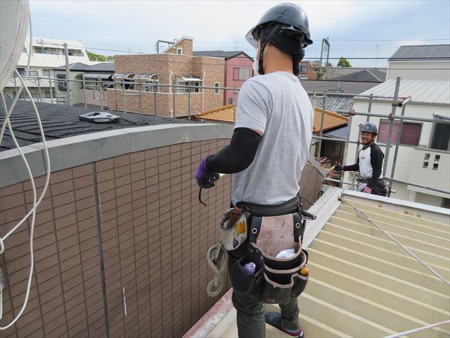 アーチ形状の屋根では、切妻屋根のケラバとは違う雰囲気がある