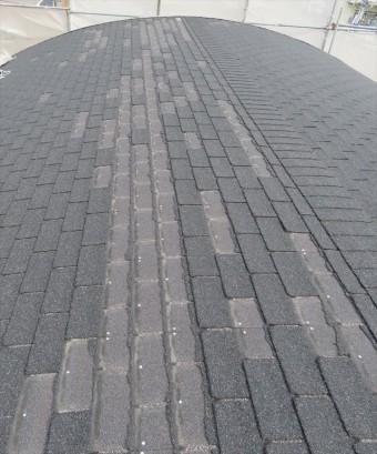 棟を境に西半分が損傷したアスファルトシングル屋根