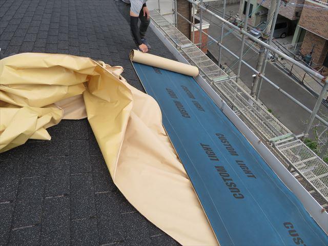 屋根の下葺き材であるルーフィングシートは必ず軒先から敷設して行く