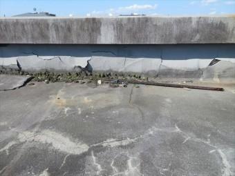 ベランダ、バルコニー、陸屋根の屋上など、どこかの場所の防水処置が経年劣化や地震の影響を受けて、正常に防水、遮水することができなくなっているのでしょう。
