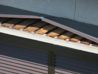 伊丹市でトタンの庇や屋根がめくれてしまって修理が必要な方は、街の屋根やさん宝塚店が即刻修理いたします。