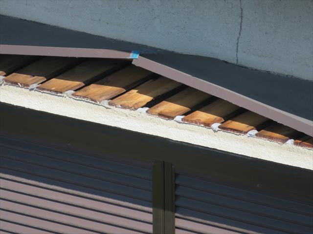 川西市でトタンの庇や屋根がめくれてしまって修理が必要な方は、街の屋根やさん宝塚店が即刻修理いたします。