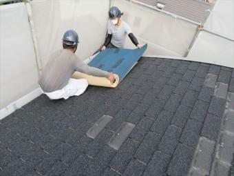 ルーフィングシートは軒先から両屋根を均等に張り進める
