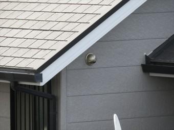 外壁の建材が比較的小さな規格である理由は、様々なエネルギーを逃がして緩和するための規格でもある