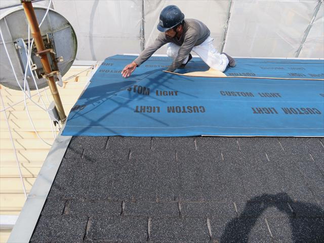 新しく敷き詰めたルーフィングシートは、元々のケラバ板金の上まで敷き込むので、カバーされる屋根面に雨水は到達しない