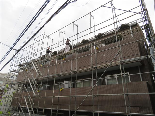 外壁タイルの剥離異常箇所を詳細に把握できるのは、足場架設が終わった後になってしまう。