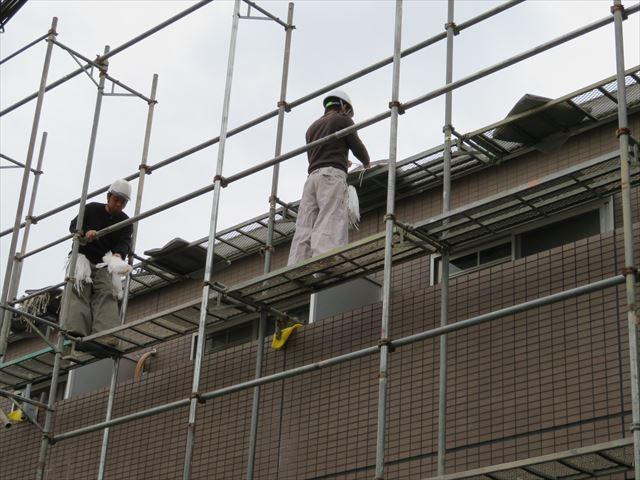 高所作業には作業員の安全確保のために足場は必ず必要です