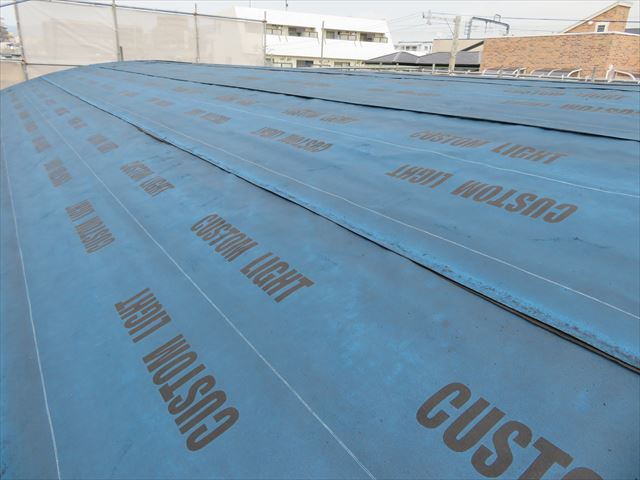 アーチ状屋根の西側軒先から棟を望んでルーフィングの密着状態を確認