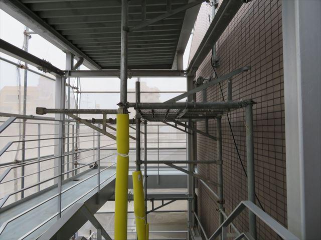 階段大屋根の裏側塗装に必要なステージ足場の高さ確保