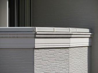 バルコニー外壁の頂部を天端という。笠木が設置されて雨漏り対策が図られている。