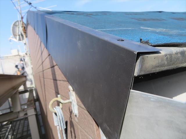 カバー工事でその厚みの影響がでない場合、ケラバ板金は撤去せずカバーする方が雨仕舞が良い