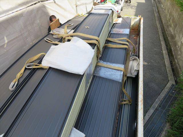 ガルバリウム鋼板のガルバは亜鉛メッキを表す英語galvanizingから来ています。ガルバリウム鋼板の起源はトタン屋根だということです。