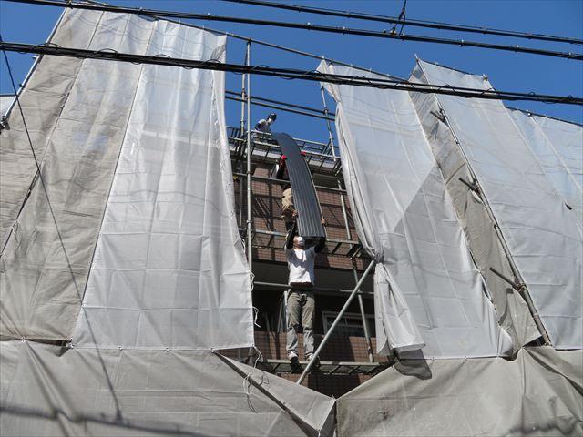 アーチ形状の屋根材1枚物を人力で荷揚げするのは超重労働