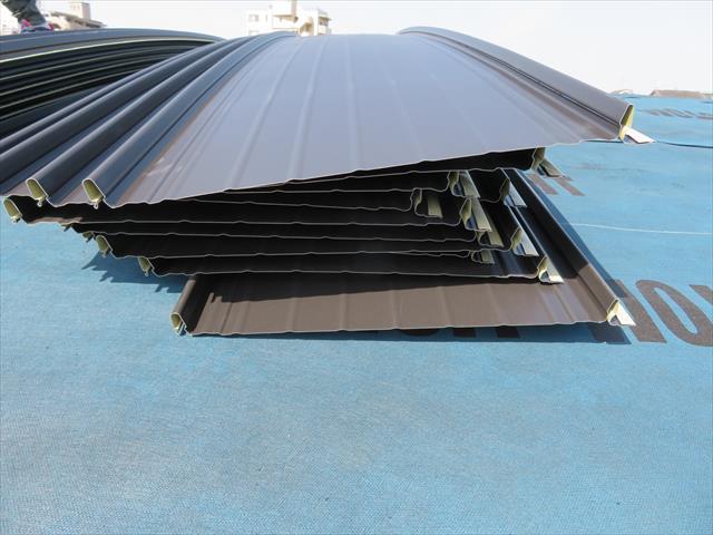 立平の嵌めあいリブ構造は屋根材の強度を格段に上げ、嵌ると外れず雨水を侵入させない