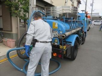 「ぼっとん便所」で、週に1回汲取り屋さんが回収してくれていました。 今ではあまり聞かない「バキュームカー」が、私たちの汚物を回収してくれていたのです。